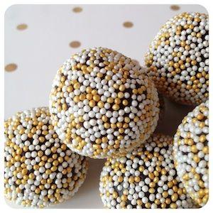 Brigadeiro de Café - 1 LATA DE LEITE CONDENSADO 175 gramas de CHOCOLATE AMARGO 70% 1 colher de sopa de MANTEIGA SEM SAL 1 colher de sobremesa de GLUCOSE ou XAROPE DE MILHO (opcional) 1 e 1/2 colher de sopa de EXTRATO DE CAFÉ (usei Trablit) 1 pitata de SAL CONFEITOS PARA DECORAR