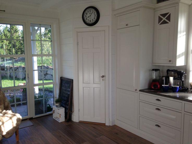 Skafferiet!! Mmmmm kök Marbodal Lindö vit i PLUS-utförande ritat av köksdesigner Anders Haglund, Marbodal Västra Frölunda. Vitrinskåp med krysspröjs och tandad krönlist. Skålen antik-handtag på lådor och knopp Oval antik på dörrar.