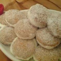 Gefüllte Eierplätzchen arabische Art  mit Sahne gefüllt und Kokos
