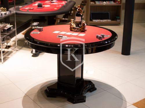 Chronos Carteado possui tampo reversível que pode facilmente se transformar tanto em uma mesa de xadrez/damas como em uma mesa de carteado ou jantar.