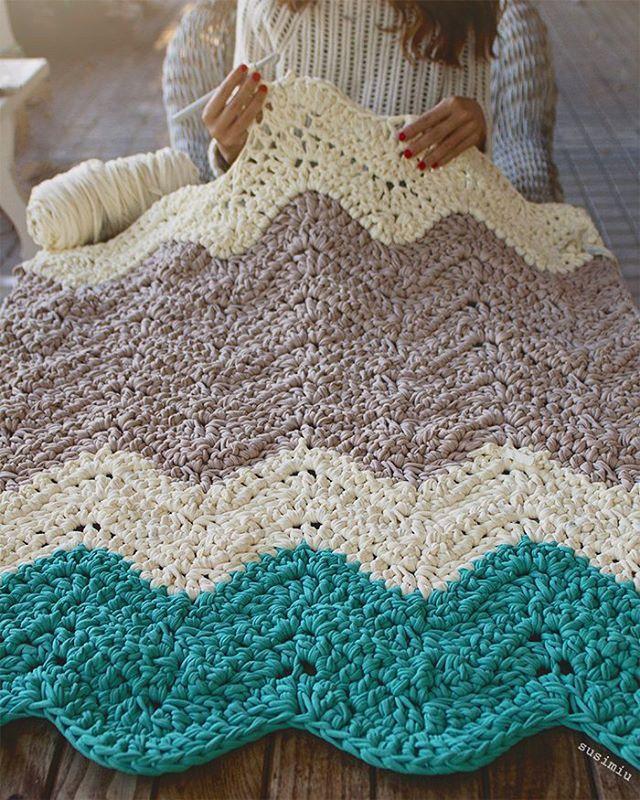 Colores veraniegos para dar color a días de invierno ❄. Esta alfombra Ripple de 1.30 m de largo y 80 cm de ancho ( en proceso) tiene otra compañera idéntica e irán a cada lado de la cama  OS gusta la combi?  ah y por cierto, hoy hay muchos nuevos colores publicados en la web !  #susimiu #handmade #ganchillo #crochet #instagram #inspiration #winter #november #cute #love