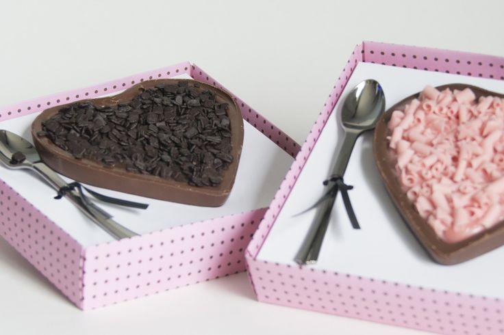Coração de chocolate recheado com brigadeiro gourmet de colher. 150g <br>Sabor à sua escolha. <br>Embalagem para presentear quem você ama.