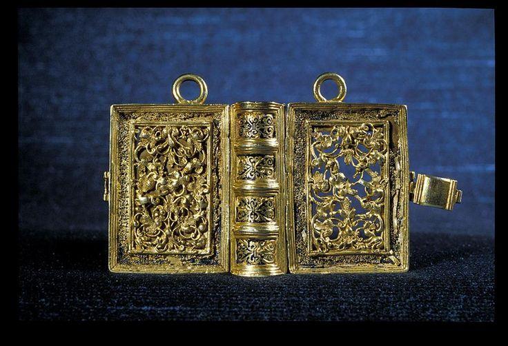Миниатюрная книга украшенная золотым окладом. Британская библиотека, 1540 год, копию Псалмов, с миниатюрой Генриха VIII. Первоначально принадлежала Анне Болейн