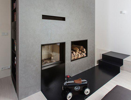 Stěnu kolem krbu kryje dekorativní stěrka v šedostříbrné barvě, která mění...
