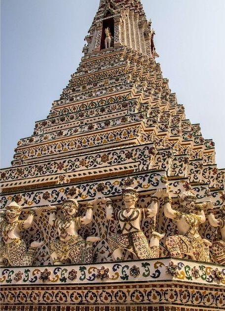 O templo de Wat Arun em Bangkok foi construído em 1767 com pedaços de porcelana chinesa. #dopaoaocaviar
