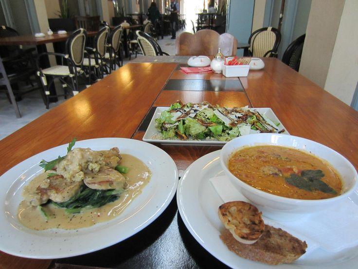 Σουπίτσα τραχανά, ψαρονέφρι και σαλάτα με καλαματιανά σύκα