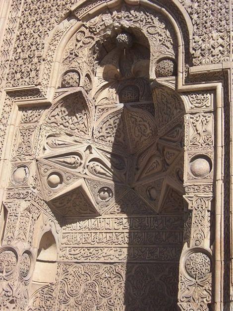 Divriği Ulu Cami, Kuran okuyan ve namaz kılan bir adam gölgeleri