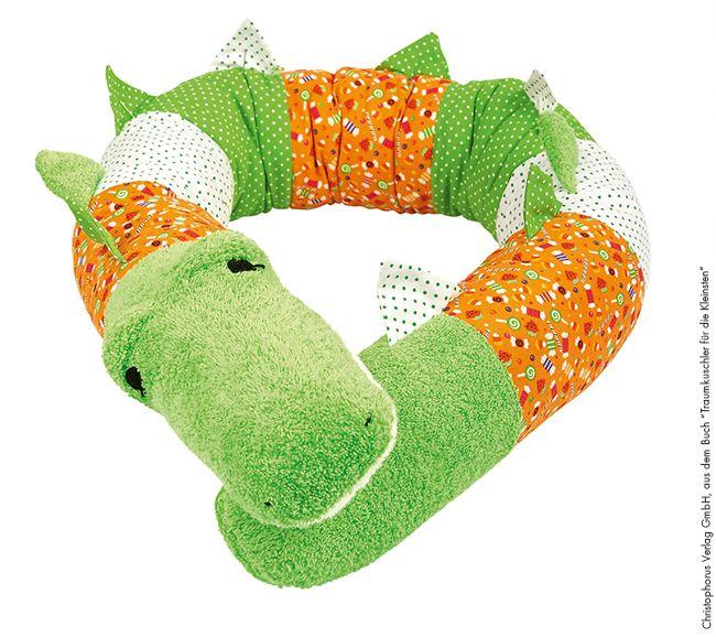 Eine kuschelige Kissenrolle ist ein wunderbares Geschenk für Babys und Kinder. Ob zum Kuscheln, Spielen oder als Deko - dieses Krokodil kommt garantiert gut an! Wir zeigen dir, wie du die Rolle einfach nacharbeiten kannst - mit einer wunderbaren Anleitung von MonstaBella!