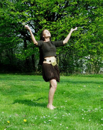 Bronzealderens dans. I 1999 fik Nationalmuseet besøg af danserinden Anni Brøgger. Som professionel danser var hun blevet fascineret af Egtvedpigens dragt, og hun mente, at dragten med snoreskørtet og bæltepladen var uhyre velegnet til dans. Som vi har set ovenfor, er der ikke noget mærkværdigt i, at man i bronzealderen har udført en lang række rituelle danse. På mange helleristninger, især fra Bohuslän i Vestsverige, ser man billeder, der kun kan forstås som gengivelser af rituel dans, hvor…