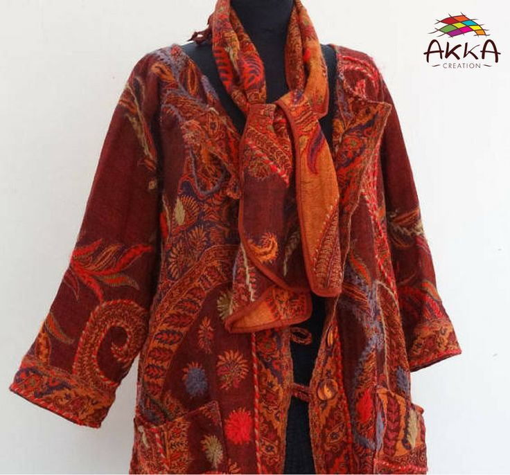 Grand manteau châle en superbe lainage à motifs traditionnels, rouge et bordeaux rebrodé au brin de laine.    Echarpe assortie dans le meme lainage.    https://www.etsy.com/listing/566112737/great-coat-superb-traditional-wool-shawl    #manteau #châle #lainage #traditionnels #femme #boutons #peints #poches #Echarpe #confortable #élégante #unique #ethicalnewyear2018