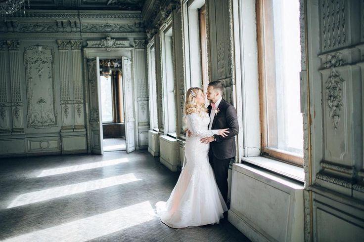 СКАЗОЧНАЯ ТАЙНА В поисках идей для своей свадьбы Злата и Евгений поддались очарованию ретро. Но в то же время стильная и современная пара хотела следовать новым течениям моды. Красивая сказочная и таинственная свадьба в стиле современное ретро в новом номере свадебного журнала BRIDE @brideandstyle и на bridemag.ru Организатор: студия свадеб La Tendresse @tenderwedding #bridemagru #свадьба #платье #цветы #невеста #жених #декор #букет #красиваясвадьба  #свадебноеплатье #ретро #спб #питер…