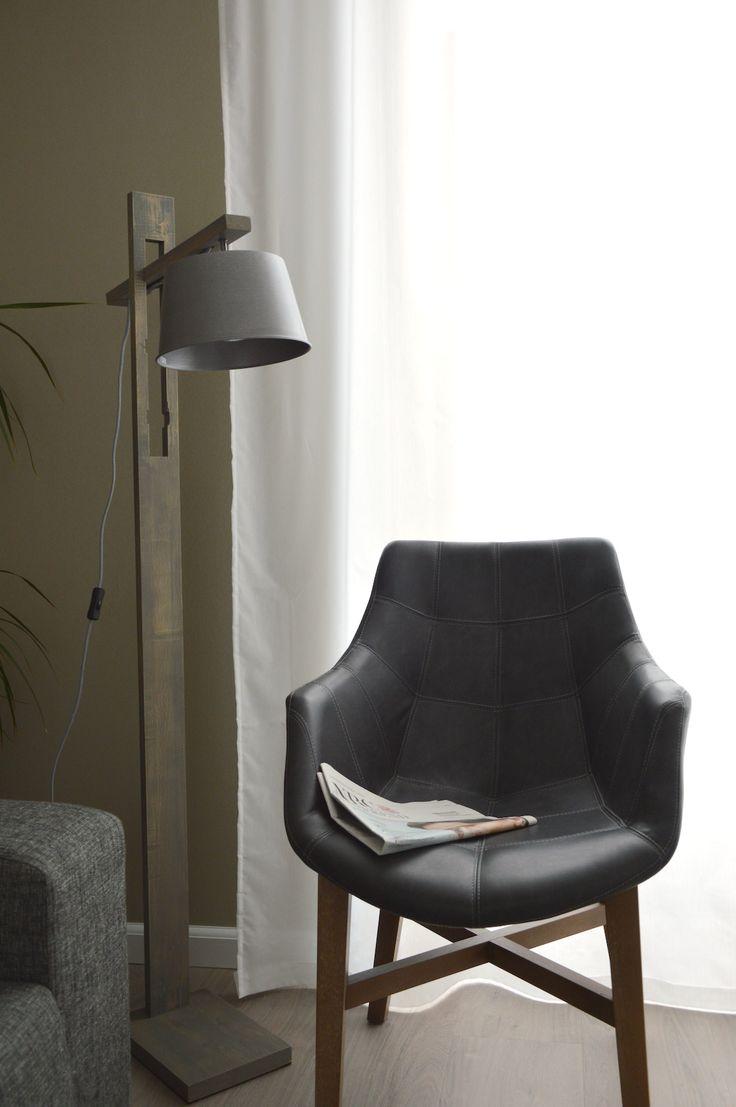 Stoere staande lamp in modern landelijke stijl. Mooie combi van hout en staalgrijze lampenkap. Verkrijgbaar bij Eos verlichting in Gouda
