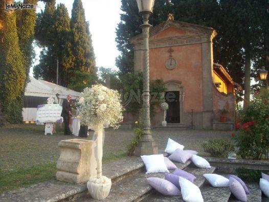 http://www.lemienozze.it/operatori-matrimonio/wedding_planner/organizzazione-matrimonio-roma/media/foto/9 Scalinata con cuscini bianchi e lilla.
