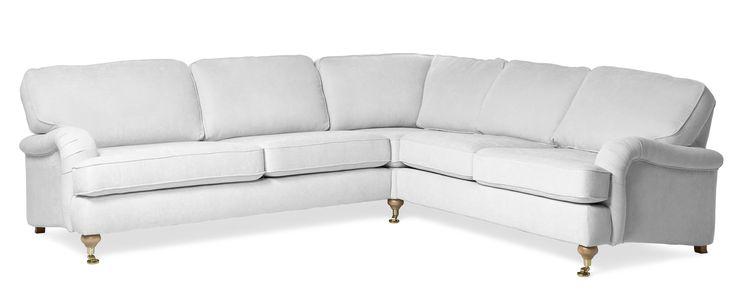 En klassisk soffa med karakteristiska svarvade ben som slutar med hjul i mässing eller krom. Välj mellan fast eller avtagbar klädsel. För extra lyxig känsla välj Oxford Delux, med plymåer i fjäder/dunblandning.