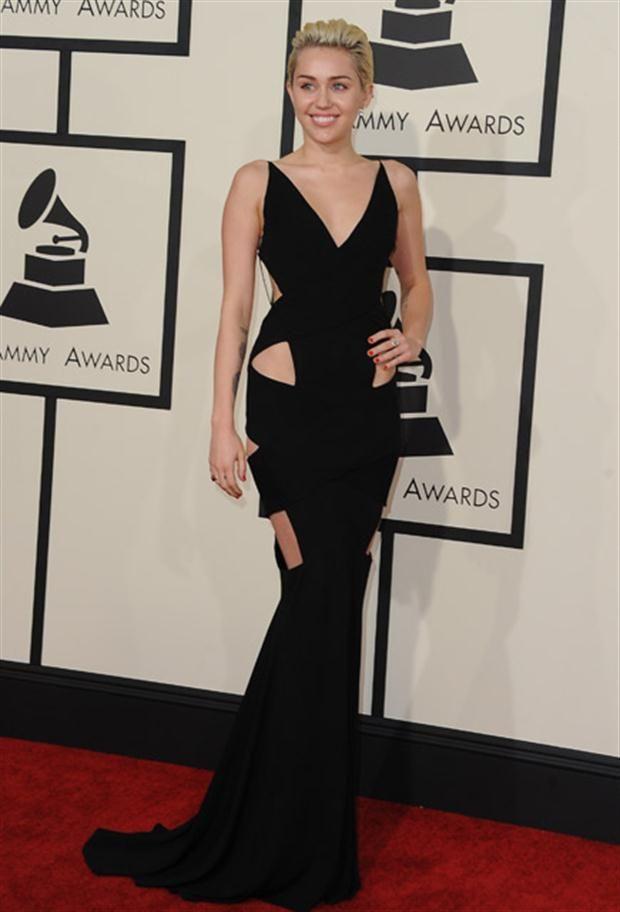 Looks de los Premios Grammy vestido negro con cortes geométricos