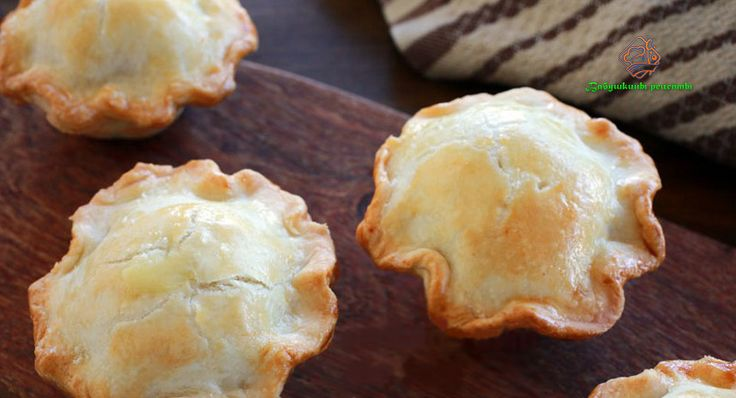 Вы любите блюда небольшого размера, так называемые порционные? Хочу предложить Вашему вниманию куриный пирог мини, запечённый в формочках для кексов.