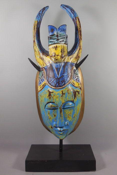 Maison de ventes aux enchères en ligne Catawiki: Masque coloré en bois sur pied