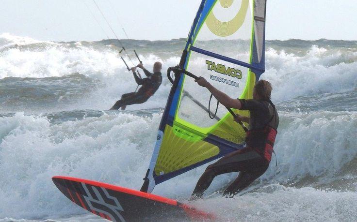 Hvidbjerg Strand er et super sted til windsurfing.