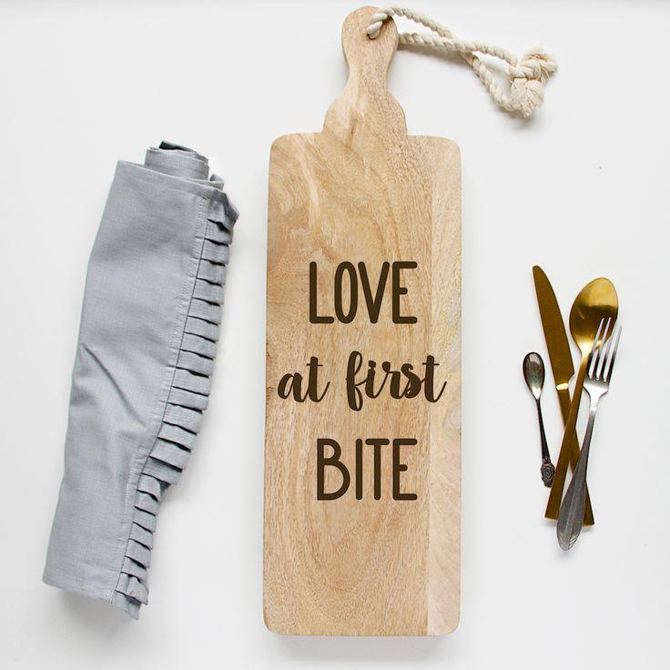 Broodplank Love at first bite. Perfect voor bij de sweet table op jullie bruiloft en na de grote dag voor in huis als mooie herinnering. Leuk om..