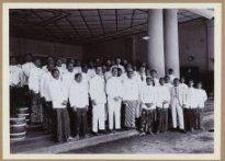 J.J.M.A. Popelier (1e rij, 4e van links), resident van Pekalongan, bij de installatie van de Regentschapsraad van Batang 30 Januari 1930