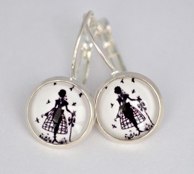 Traumhaft schöne Glas-Ohrringe mit dem Scherenschnitt eines jungen Fräuleins in schwarz weiß. Diese wird umrahmt von hübschen Brissuren-Ohrhänger-Fassungen.   ♥…einfach für Dich oder zum...
