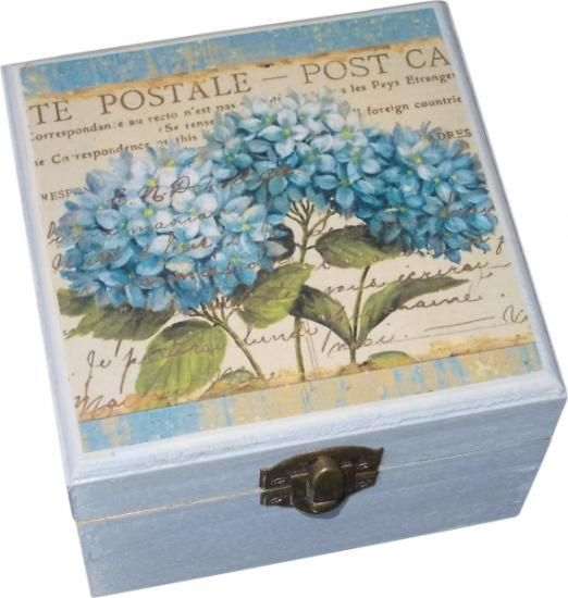 Preciosa caja en azul claro decorada en su tapa con una imagen vintage, de una hortensia en un delicado color azul y unas letras manuscritas.