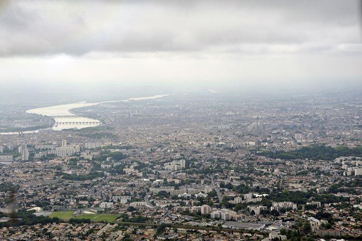 AEGEAN over Bordeaux ATH-BOD First Flight A3 634 Το Μπορντό είναι πόλη της Ν. Δ. Γαλλίας στην ιστορική περιοχή της Ακουιτανίας, πρωτεύουσα του νομού Ζιρόντ. Είναι χτισμένη στην αριστερή όχθη του ποταμού Γκαρόν. Είναι ένα απ' τα πολυπληθέστερα κέντρα της Γαλλίας.