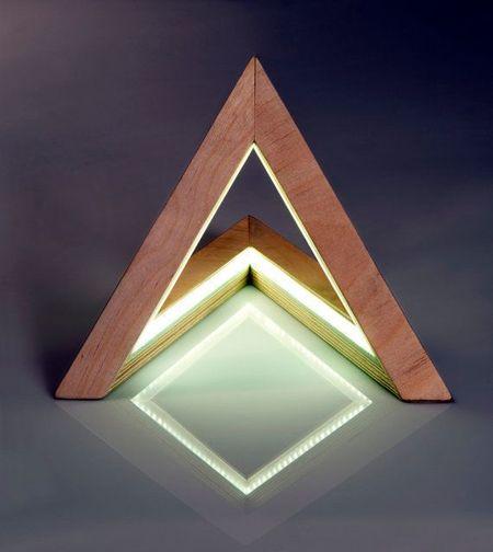 Decorar con formas geométricas: decorar con triángulos mediante accesorios originales, como una lámpara en forma de triángulo #decoracion #formasgeometricas #triangulos