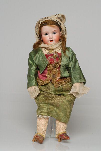 Πορσελάνινη κούκλα από τη συλλογή της βασίλισσας Όλγας ντυμένη με τη γυναικεία φορεσιά της Κιμώλου