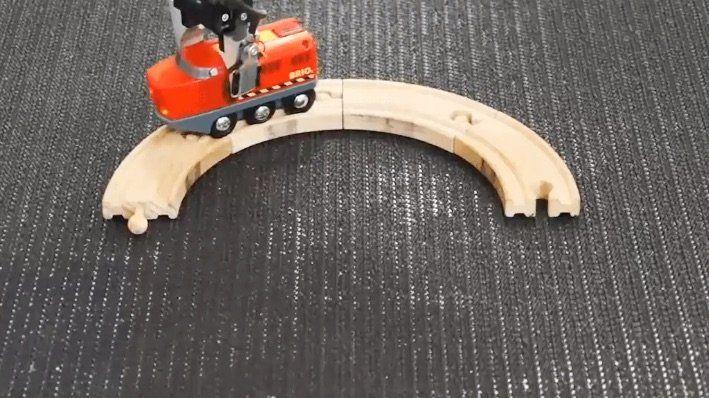Ein Roboterarm baut ununterbrochen an einem Schienenkreis  Was macht man, wenn man nur drei gebogene Schienenstücke aus Holz hat? Dann kann man wohl keinen Kreis bauen, weil dafür noch drei Teile fehlen. O...