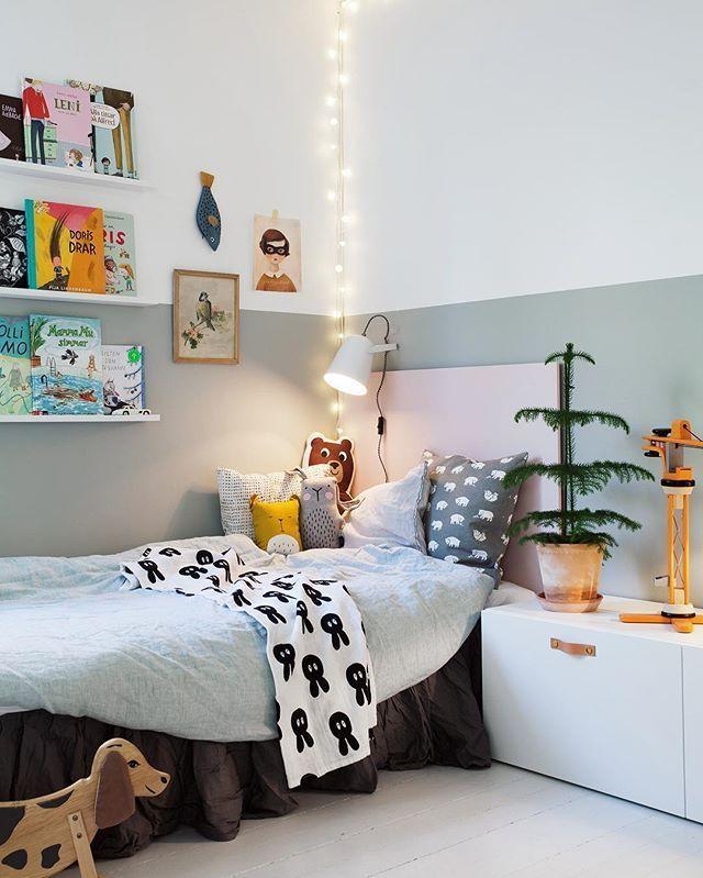 Nu är allt färdigmålat i barnens sovrum äntligen! Superfin kulör från @beckers – den gröna heter Emalj och den rosa på sänggaveln heter Puderrosa. Så nu har Otis flyttat in i storasysters rum och det