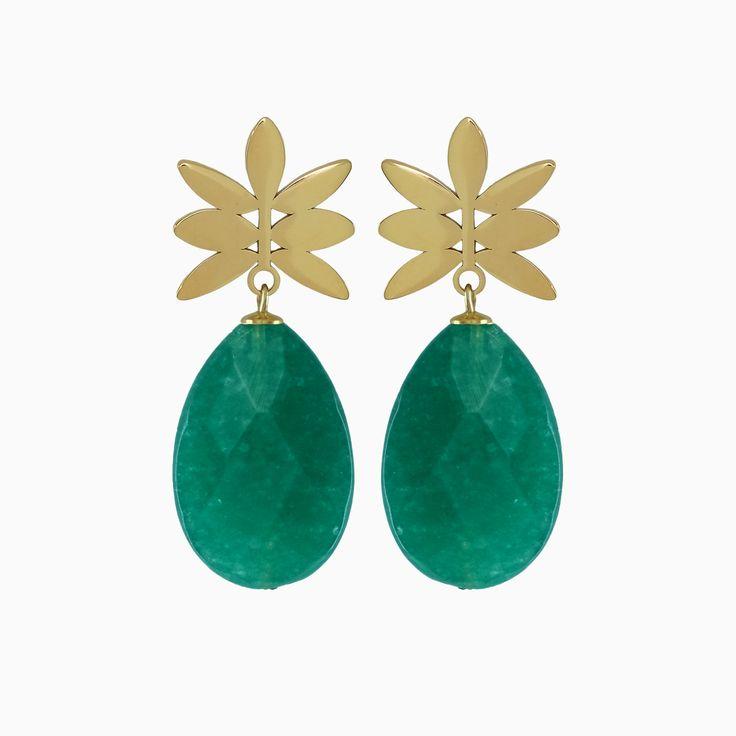 Dé trendkleur van dit jaar is groen! De gouden oorsteker zorgt voor glans en steun. Combineer deze Green Pineapple oorbellen met al je tops en jurkjes in tropische en zomerse prints!