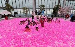 あべのハルカス開業3周年春休みのお出かけにぴったりなボールプールが登場していますよ あべのハルカス58階天空庭園に333333個のボールを使った一面ピンク色の遊び場です こちらはSAKURA POOLと名付けられ一足先に春の雰囲気 また本物の桜の撮影スポットや春らしい桜スイーツも期間限定で登場します もちろん3周年記念の限定品のショッピングやイベントなども多数 ぜひこの春はあべのハルカスへ遊びにきてください_ tags[大阪府]