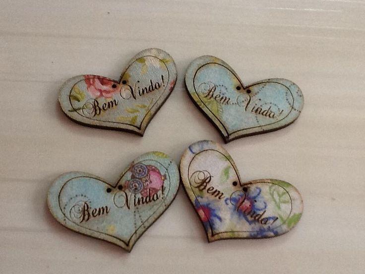 Botões especiais para decoração de guirlandas e enfeites de porta. <br>Medida: 5cmx3,5 <br>pact com 50 unidades em cores variadas