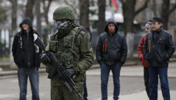 PHOTO: Armed man near regional government building in Crimea&#039