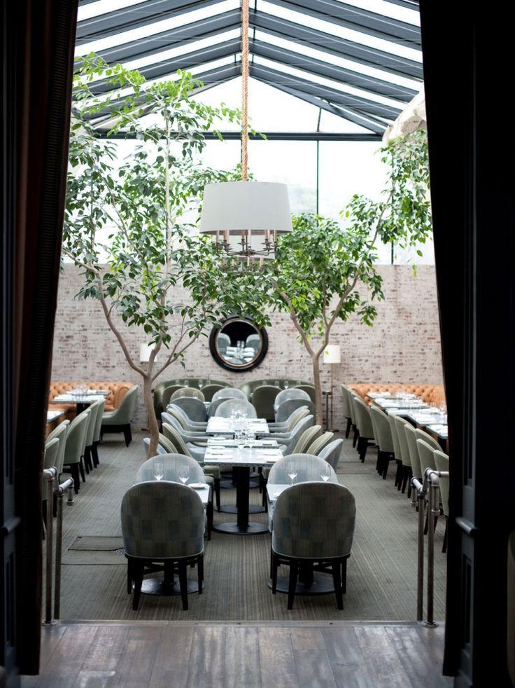 """Innenraum im Loft Stil und verglaste Decke - Restaurant und Tavern """"Brentwood"""" in Los Angeles"""