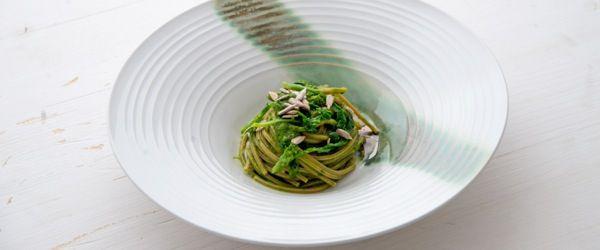 Spaghetti integrali con pesto di cime di rapa e semi di girasole