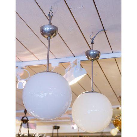 Kaksi funkkis lasipallovalaisinta 1930 - 1940 -luvulta.