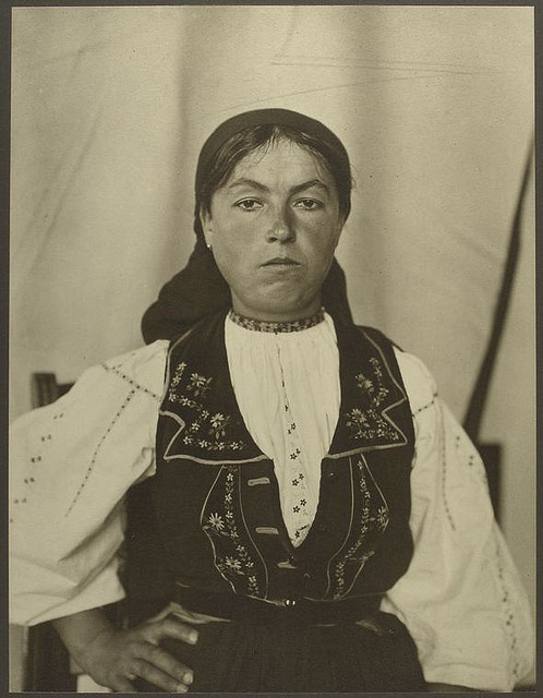 Romanian woman at Ellis Island 1906