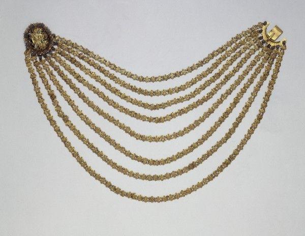 """Damenhalskette Basel, 1. Hälfte 18. Jh.  Sie ist eine besonders kostbare Variante der volkstümlicheren, """"Bätti"""" genannten Hochzeitsketten. // ENGLISH: Necklace Basle, Hans Georg Lindenmeyer (guild member in 1738) #fashion #art #kunst #mode #fabrics #stoffe #schmuck #jewelry #museum #basel #schweiz #switzerland #history #geschichte"""