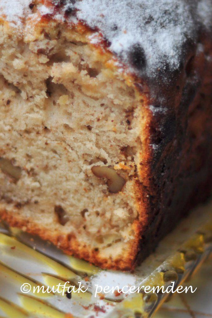Neredeyse herkesin bildiği bir elmalı kek tarifi vardır. Olsun, ben yine de çocuklarımı büyütürken beslenme çantalarından eksik etmediğim elmalı kekimi sizlerle paylaşacağım. Bu kek mis gibi koku…