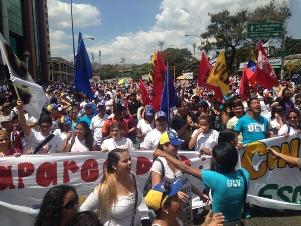 CARACAS, REPLETA DE GENTE SE LE CALLO LA MASCARA DE CARNAVAL A NICOLAS #DomingoDeGanarSeguidores #sumateALaGuarimba pic.twitter.com/S9JA3o30SB