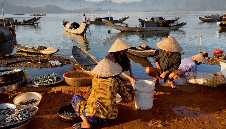 Les sampaniers de la rivière des Parfums passent toute leur vie sur leur bateau, une petite embarcation à fond plat. Ces familles pauvres vivent de la pêche et de l'extraction illégale du sable de la rivière. © Maika Elan