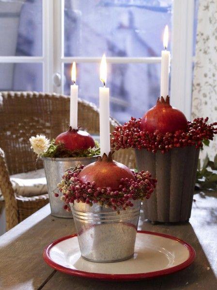 Die herbstliche Dekoidee mit Granatäpfeln als Kerzenständer im Zinkgefäß macht Laune auf Kreativ-Ideen mit Kräutern und Gewürzen.