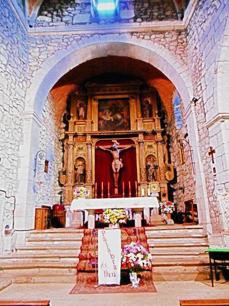 Retablo mayor de la iglesia de San Martin de Tours. Es del siglo XVII y ha sido restaurado recientemente. Destacan las imágenes de la Virgen del Rosario y de San Martin.