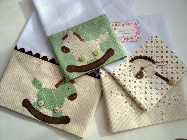 Kit é composto por uma fralda de ombro: ideal para proteger a pele delicada do seu bebê na hora da amamentação. <br>E três fraldinhas de boca: são ótimas para limpar a boquinha do seu bebê. <br>São confeccionadas em fralda de ótima qualidade, barrado em tricoline (100% algodão) e aplicações em tecido.
