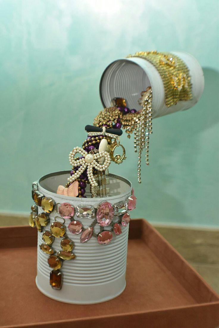 La mia opera d'arte realizzata col riciclo di barattoli di latta e vecchia bigiotteria inutilizzata...