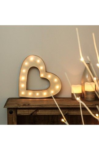 This Wooden Battery heart circus style marquee light with 20 LEDs is ideal for creating a warm retro atmosphere in your home.