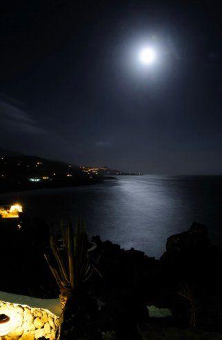 Luna che buca la notte