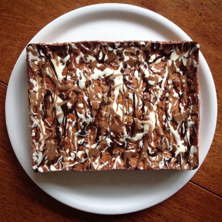 Pollock-Pie... bananencake met chocolade-actionpainting. Knipoog naar het abstract expressionisme ;-)